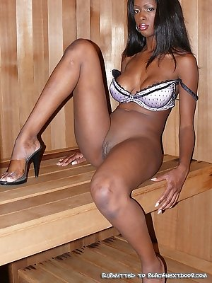 Super hot ebony babe posing naked